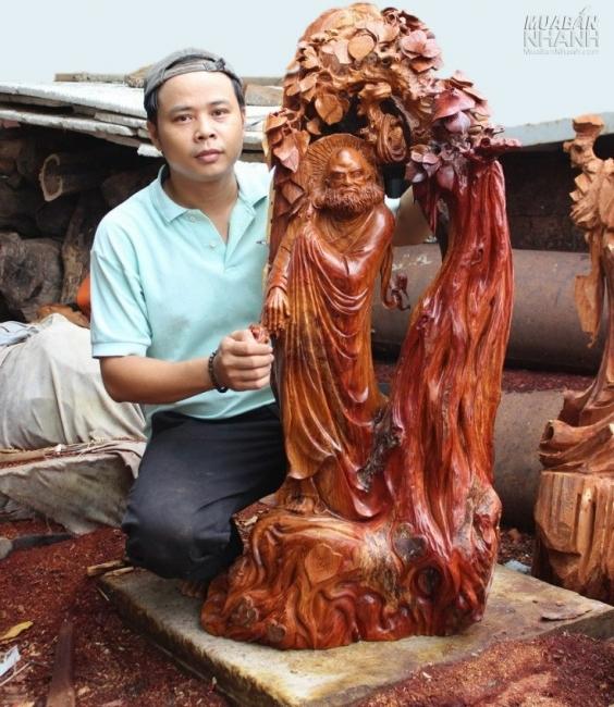 Nghệ nhân Nguyễn Nam bên tác phẩm Đạt Ma Sư Tổ