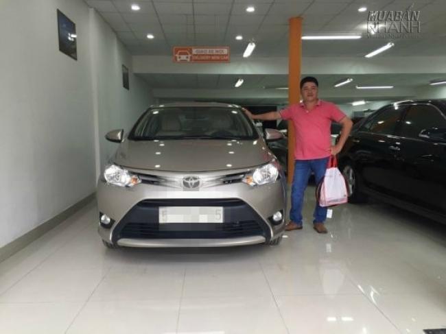 Khách hàng nhận xe tại đại lý xe Toyota An Thành Fukushima