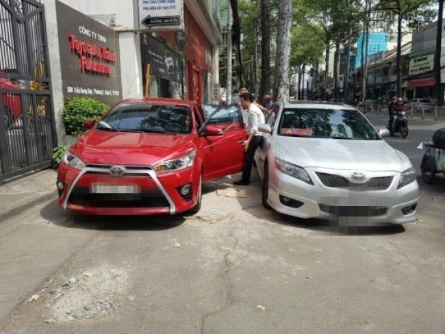 Toyota An Thành Fukushima trao xe cho khách hàng tại showroom