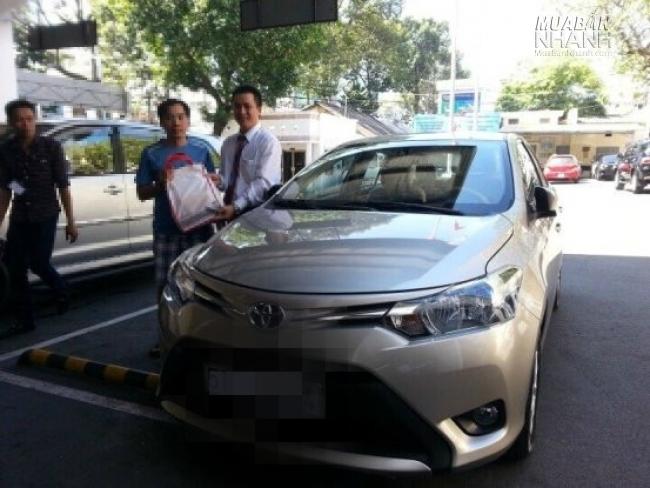 Khách hàng nhận xe Toyota từ đại lý Toyota An Thành Fukushima