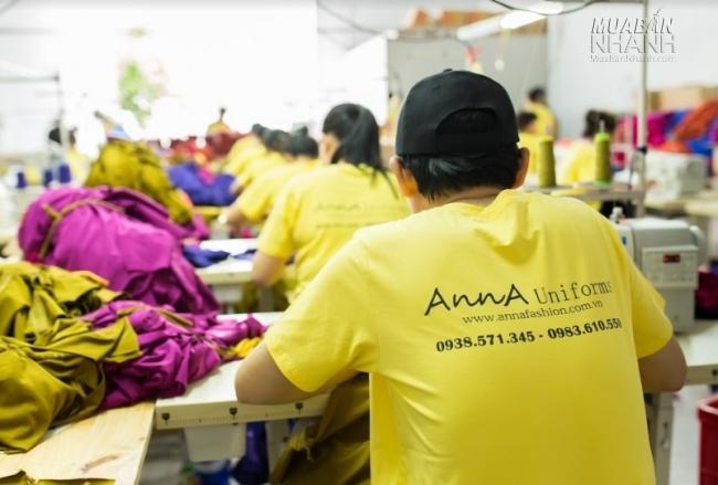 Dây chuyền may theo công đoạn tại xưởng may áo thun đồng phục AnnA Uniforms với đội ngũ nhân viên lớn, kinh nghiệm lâu năm.