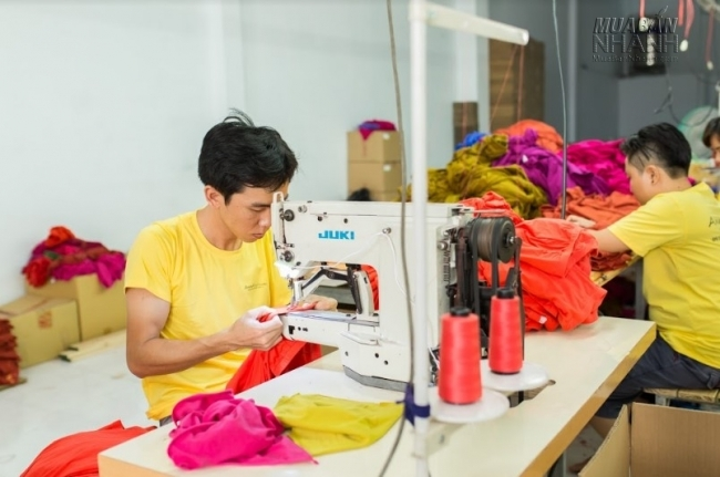 Đặt uy tín, chất lượng lên hàng đầu AnnA Uniforms luôn cập nhập công nghệ may tiên tiến nhất đảm bảo mọi lô hàng đều làm vừa lòng khách.