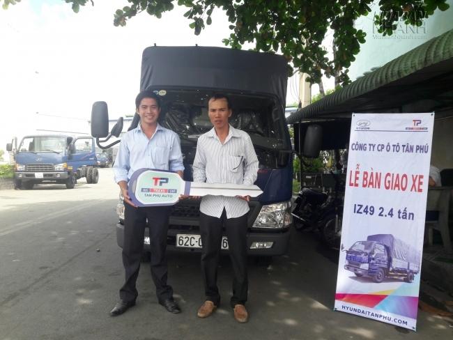 Khách hàng nhận xe IZ49 2,5 tấn tại Hyundai Đô Thành